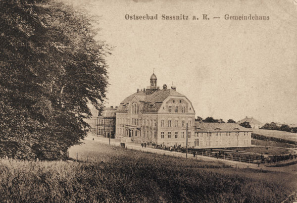 The town hall surrounded by meadows ... ca. 1914, © City Archives and City Library SassnitzDas Rathaus umgeben von Wiesen ... um 1914