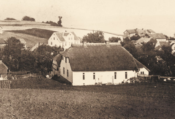 The original two-family cottage with a thatched roof, 1868, © City Archives and City Library Sassnitz