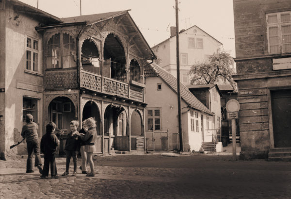 The veranda of Marktstrasse 5 with the cottage behind it, ca. 1965, © City Archives and City Library Sassnitz